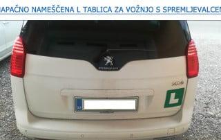Napačno nameščena L tablica za vožnjo s spremljevalcem
